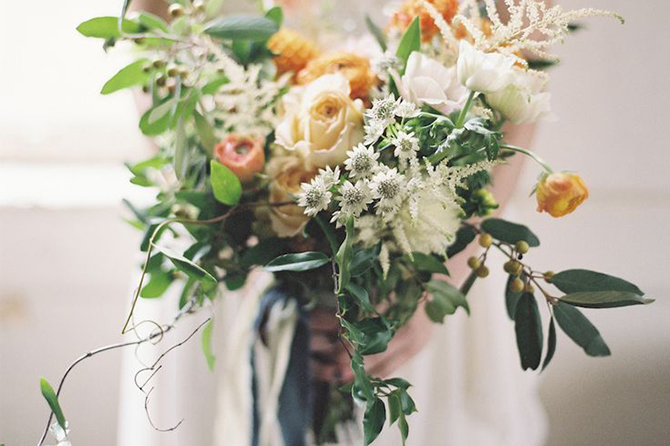 While some people might favor the traditional tightly-bunched flower arrangement, a lot of #brides are choosing to make their #wedding bouquets loose while including different sized pieces of flowers, foliage and even seasonal berries falling from the sides. #2016WeddingTrends