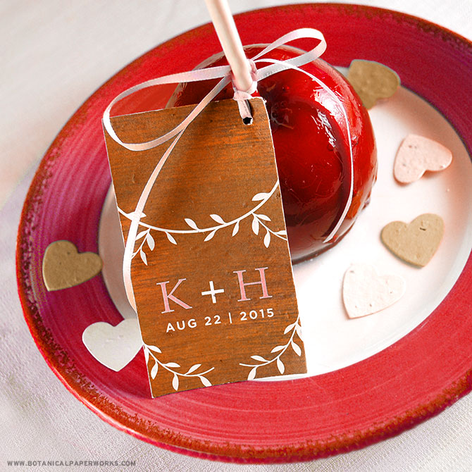 Looking for the perfect fall #weddingfavor? We love the idea of candy apples with a beautifully rustic #seedpaper tags!