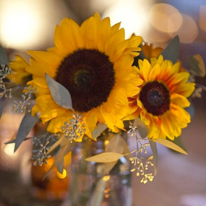 With its yellow petals and dark brown center, the colours of the #sunflower match perfectly with a classic #autumnwedding palette. See more fall #wedding details here!