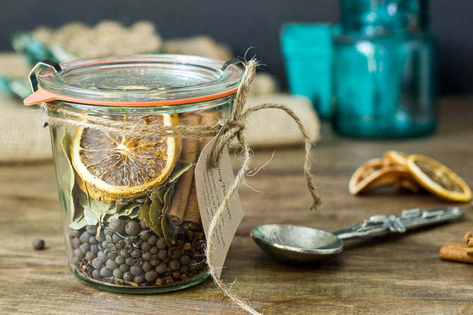 Get more ideas like these potpouri jars to make holiday gifts that are sweet, memorable and eco-friendly in this round up of Homemade Holiday Gifts.
