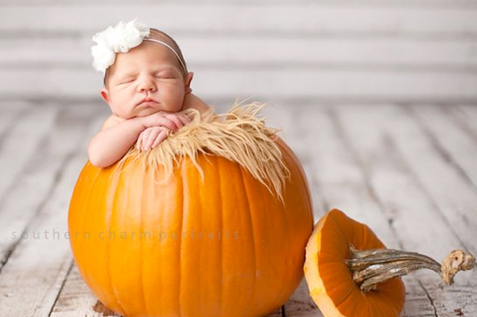 Get inspiration for the cutest new born photos for your birth announcements.
