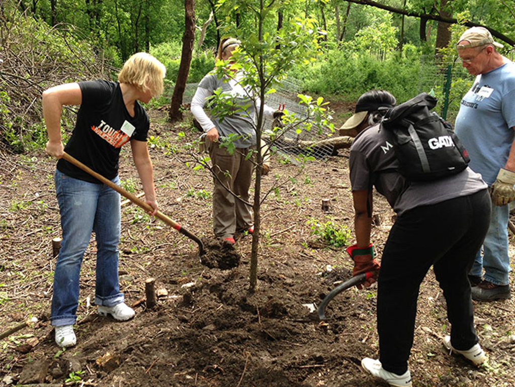 Take a look at these 5 ways your business can participate in #EarthDay this year- one of them is planting trees in your community!
